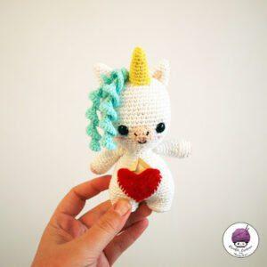 Lee más sobre el artículo Aura the little Unicorn – Aura la Unicornia [PATRÓN GRATIS]