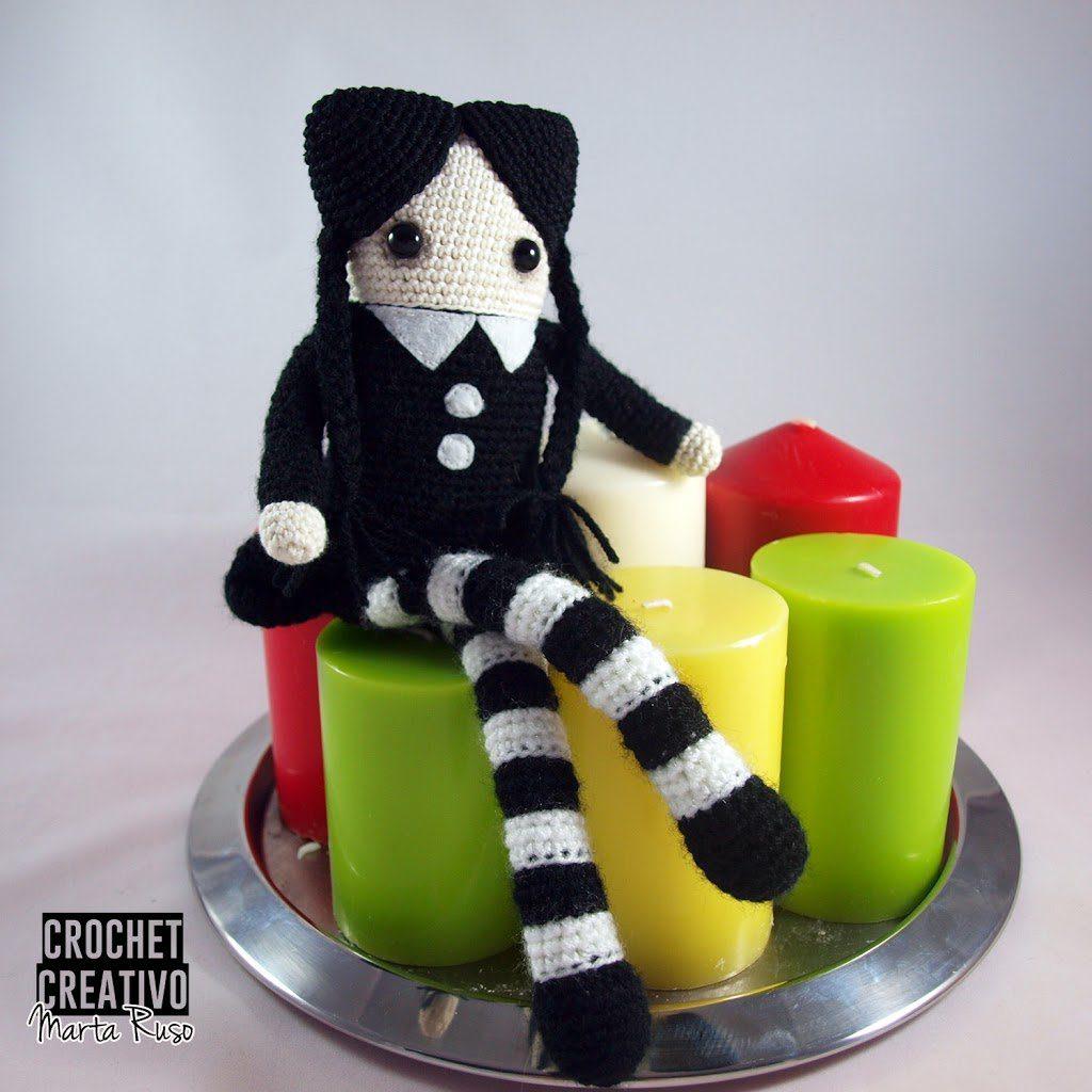 """Miércoles Addams Amigurumi """"cuadrada"""" – Muñecas muy personalizables [PATRÓN GRATIS]"""