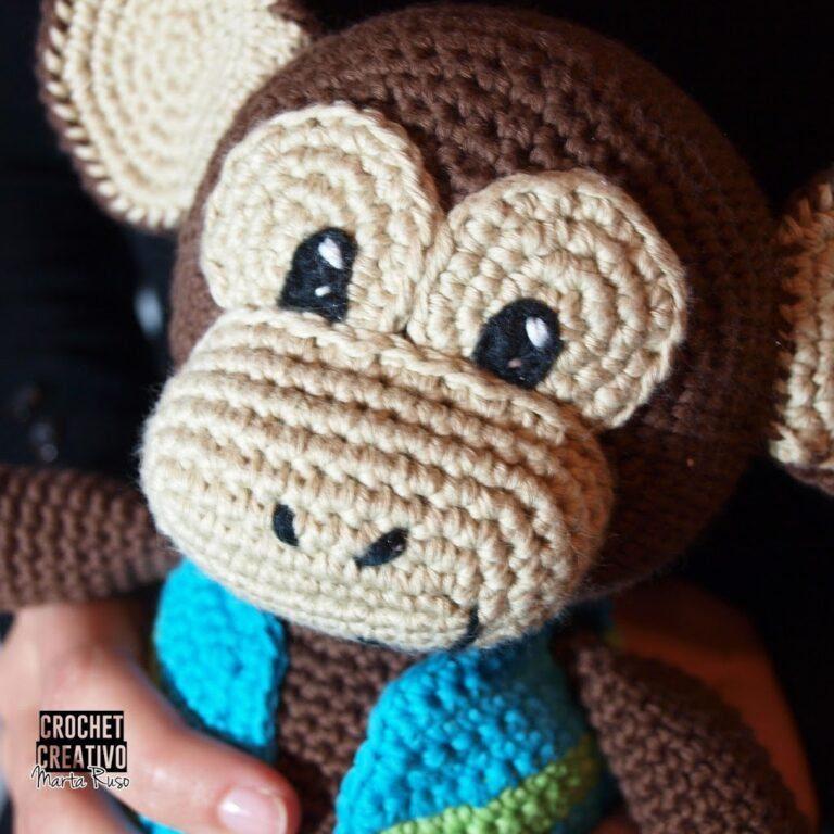 Ojos bordados en el mono con chaleco (patrón gratuito en el blog).