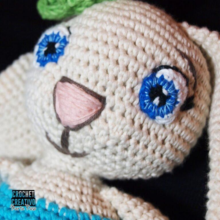 Ojos tejidos y bordados con hilo en la conejita con tutú (patrón gratuito en el blog).