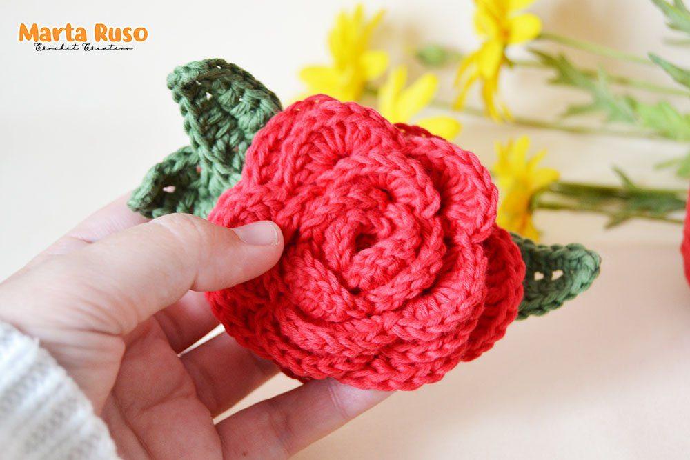 Rosa tejida a crochet. Es una rosa tejida a ganchillo, muy sencilla y un proyecto que forma parte de uno de los módulos de mi curso aprende crochet desde 0.