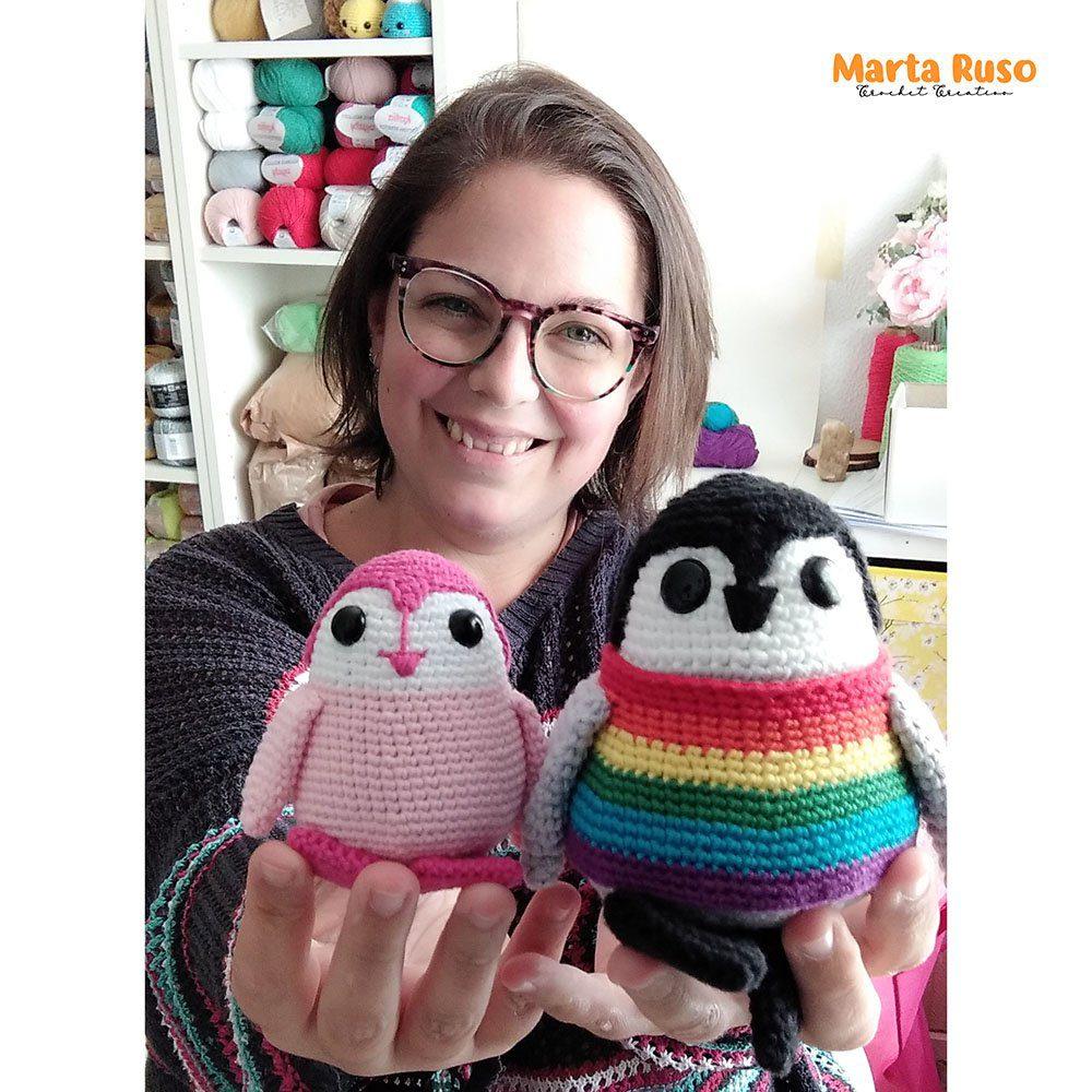 Yo misma sujetando a los dos Laponio, la versión más grande del pingüino en gris y con el chaleco multicolor y la versión más pequeña en rosa.